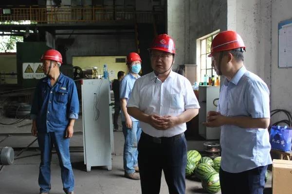 陈辉慰问西钢红光物流公司网笼加工车间员工